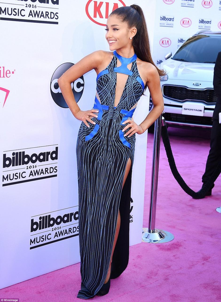 A pesar de su caída frente a las cámaras de E! News, Ariana disfrutó su camino por la alfombra. (Foto: WireImage)