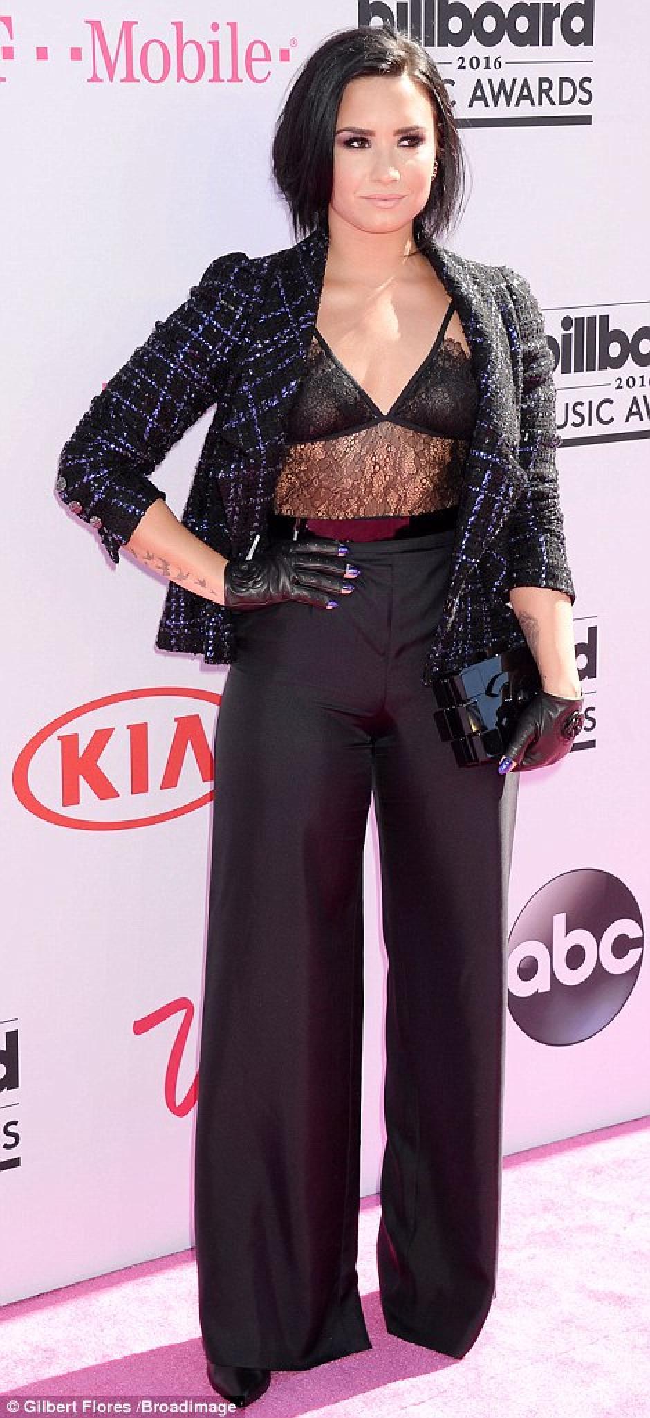 Sofisticada y conservadora, Demi Lovato prefirió dejar todo a la imaginación. (Foto: Gilbert Flores/Broadimage)