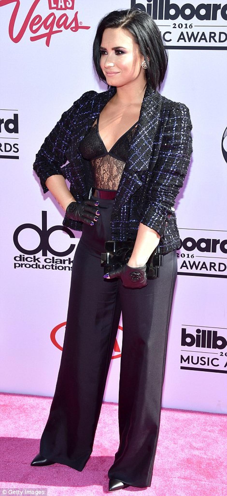 La estrella mostró su vientre en encaje bajo una chaqueta Chanel. (Foto: Getty Images)