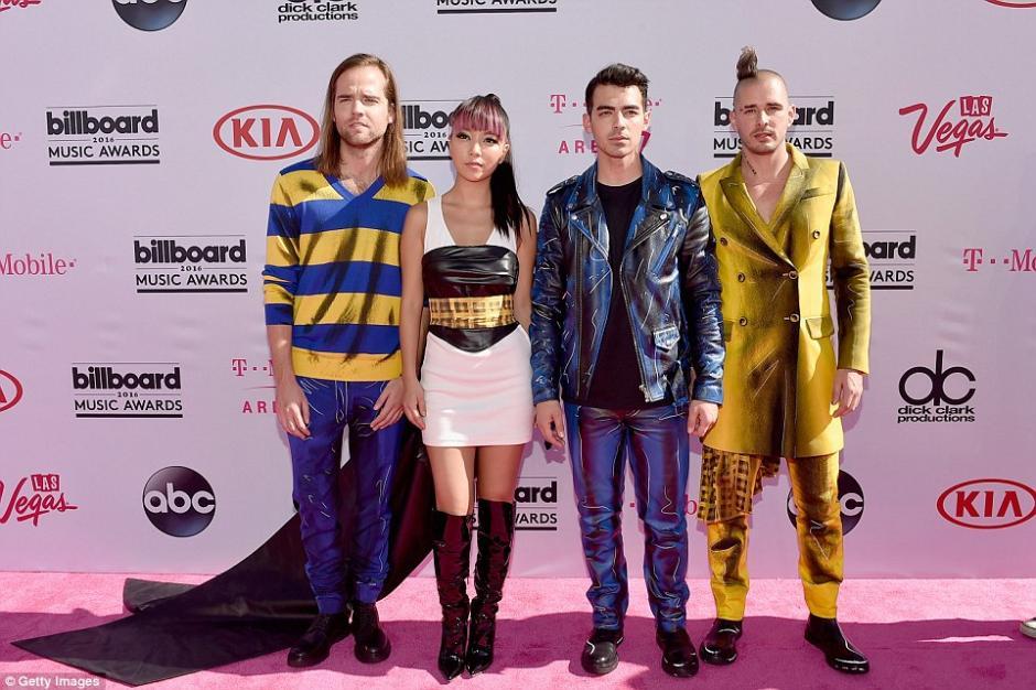 Joe Jonas combinó su traje con el de su banda. (Foto: Getty Images)