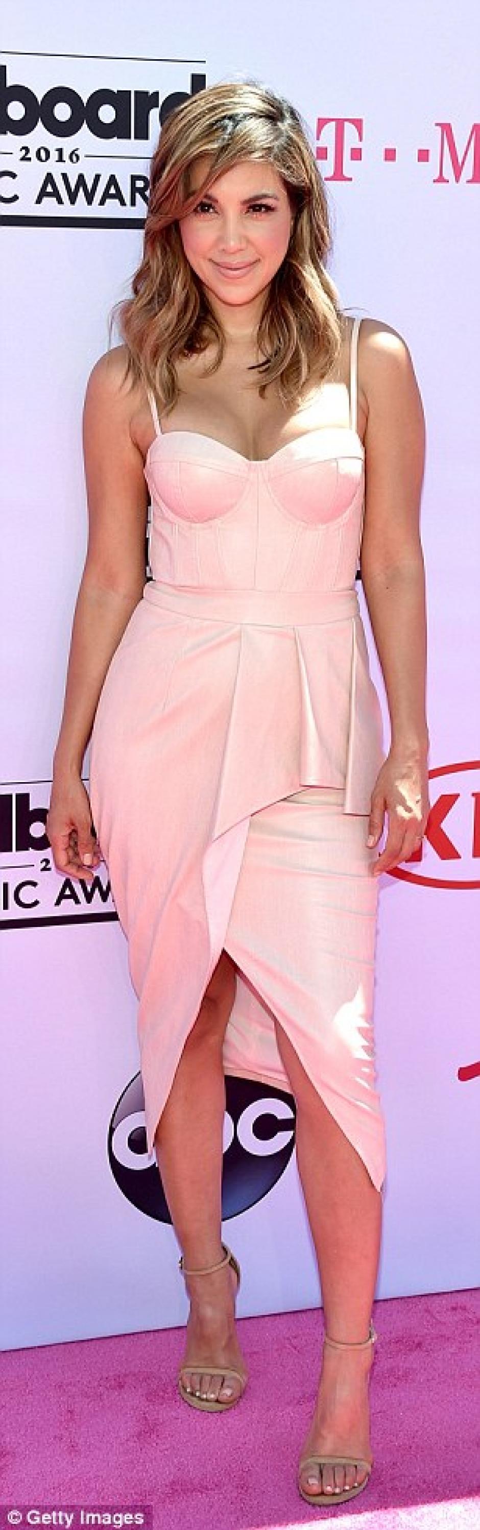 Liz Hernández optó por un vestido color piel. (Foto: Getty Images)