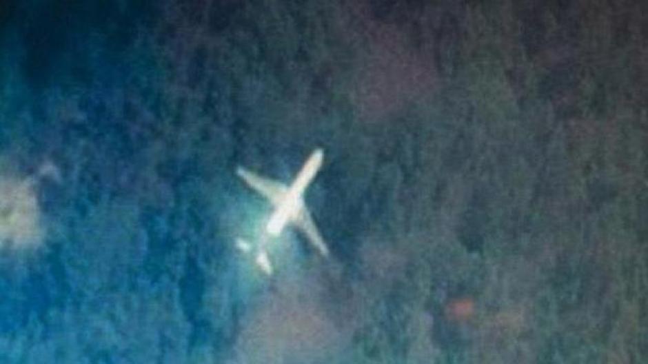 Según los últimos datos de satélite recogidos, el avión pudo volar hacia el norte, en un área comprendida entre Laos y el mar Caspio, o hacia el sur, entre la isla indonesia de Sumatra y el sur del Índico. (Foto: FT)