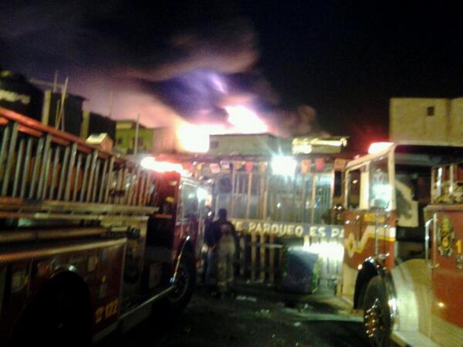 Los bomberos Voluntarios y Municipales han trabajado desde la madrugada para apagar el pavoroso incendio. (Foto:Bomberos Voluntarios)