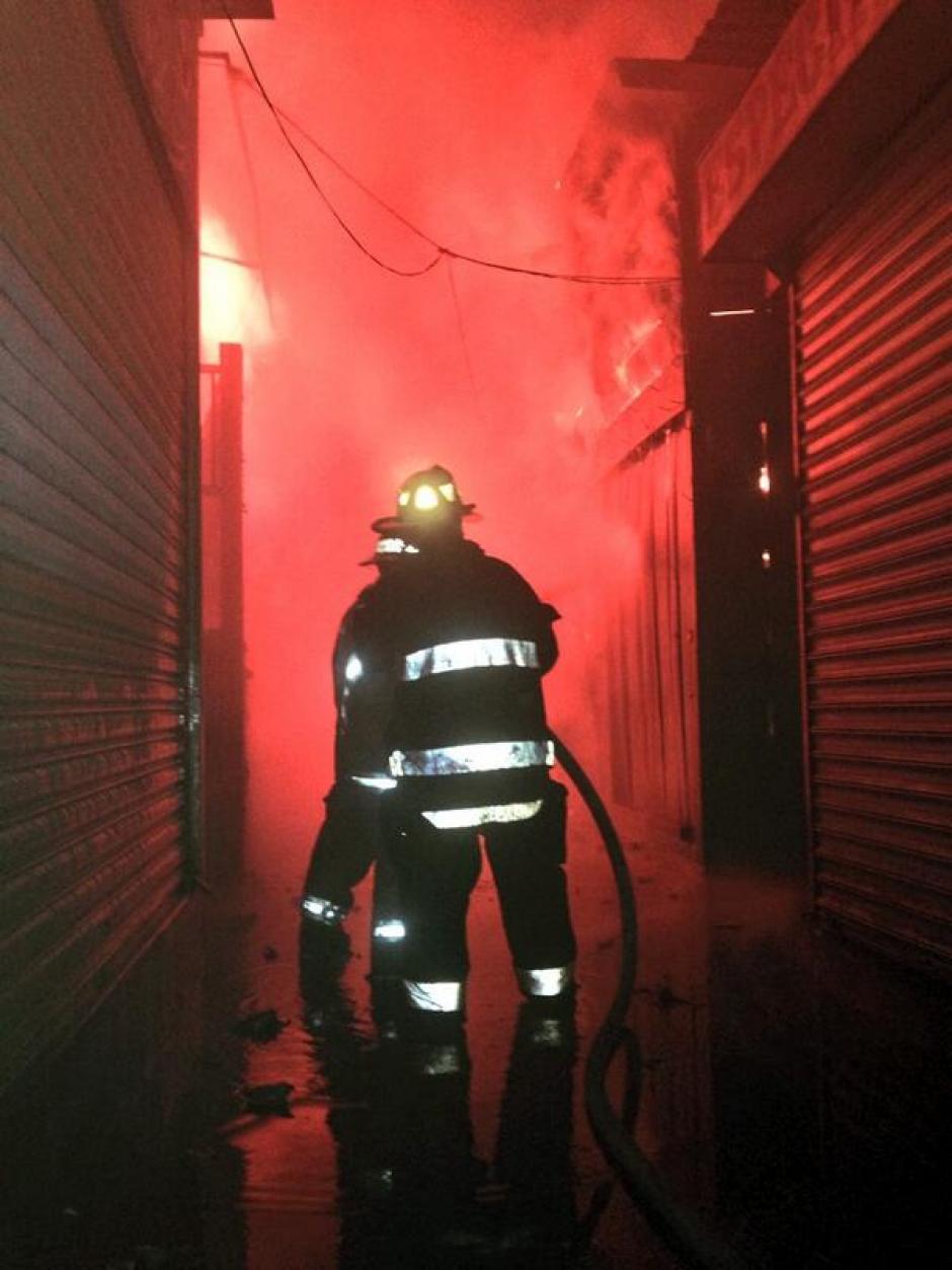 El incendio habría iniciado en el área de comedores y ha llegado a otros sectores de la Terminal en la zona 4. (Foto:Bomberos Voluntarios)