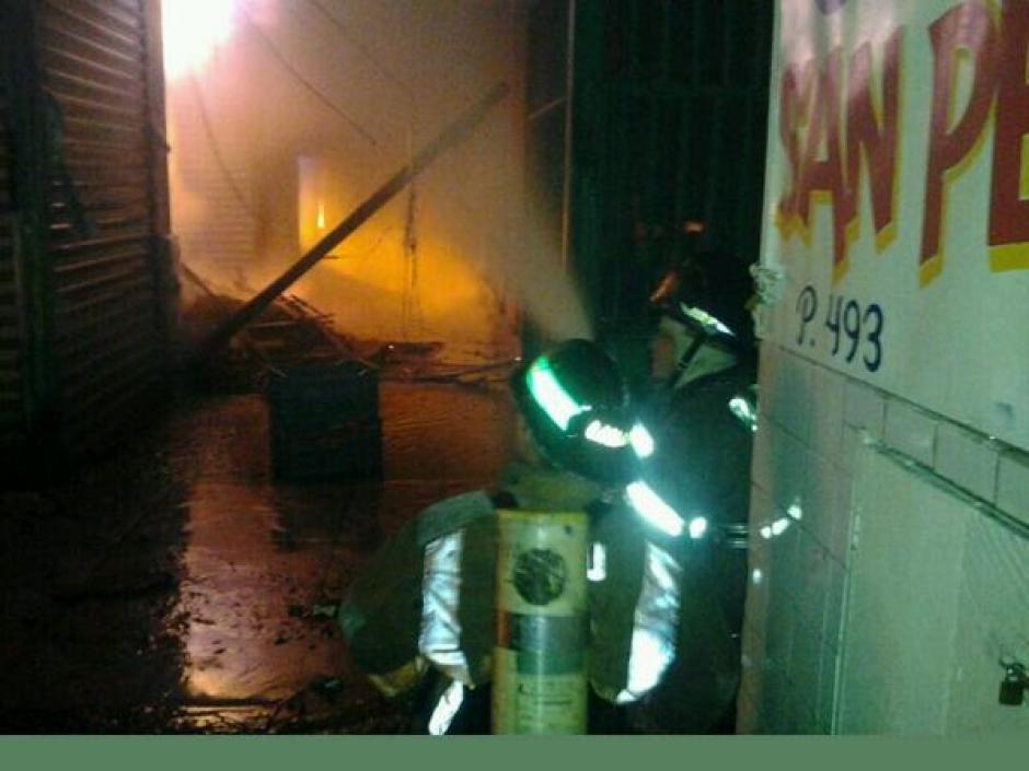 El incendio ha consumido locales de diversos productos de alimentos, granos y otros como plásticos. (Foto:Bomberos Voluntarios)