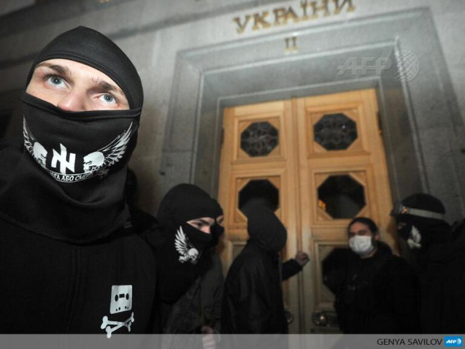 Los partidarios de sectores de derecha protestan en Kiev ante el parlamento, días después de que la policía mató a uno de sus dirigentes. (Foto: AFP)