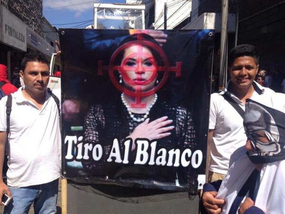 La vicepresidenta Roxana Baldetti, fue una de las figuras más observadas en el Desfile de la Huelga de Dolores. (Foto: Jesús Alfonso/Soy502)