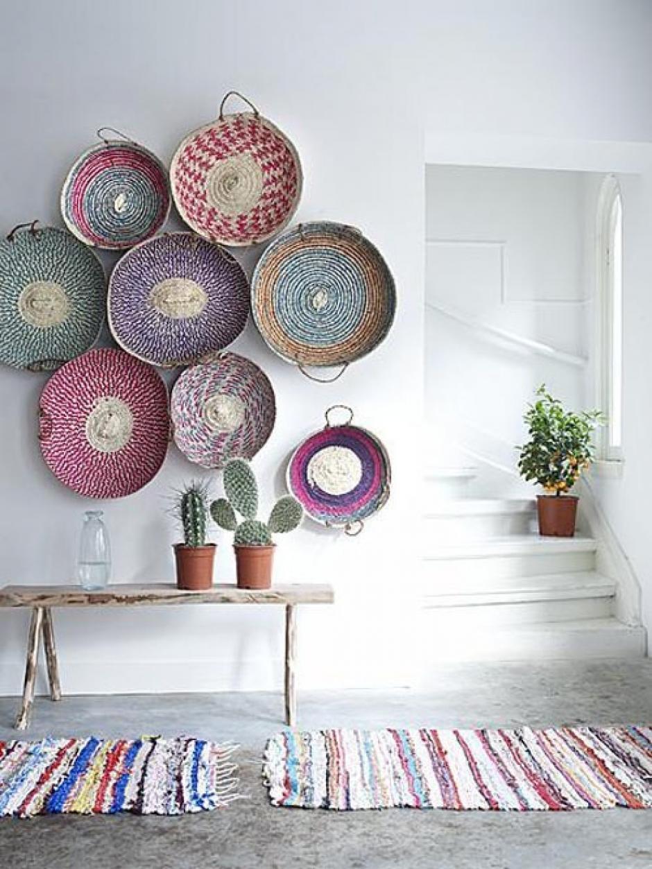 Pintar de blanco. Es una de las soluciones más fáciles para ampliar los espacios, pero no por esta razón debe ser aburrida. Puedes colocar objetos de colores para darle vida a la habitación.