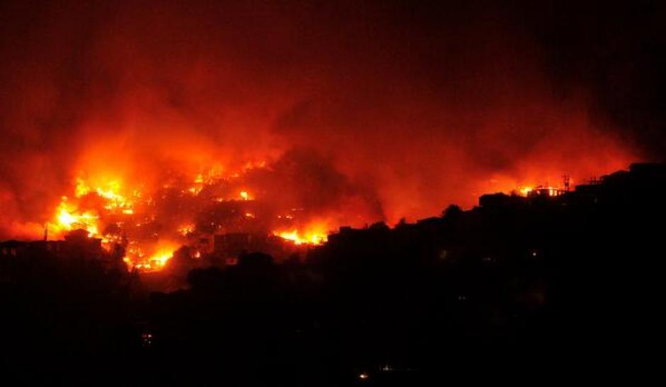Más de mil bomberos luchan contra el siniestro. (Foto: 24 Horas)
