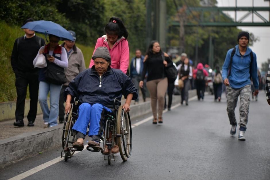 En la calzada Roosevelt se observó a varias personas caminando debido a el bloqueo. (Foto: Wilder López/Soy502)