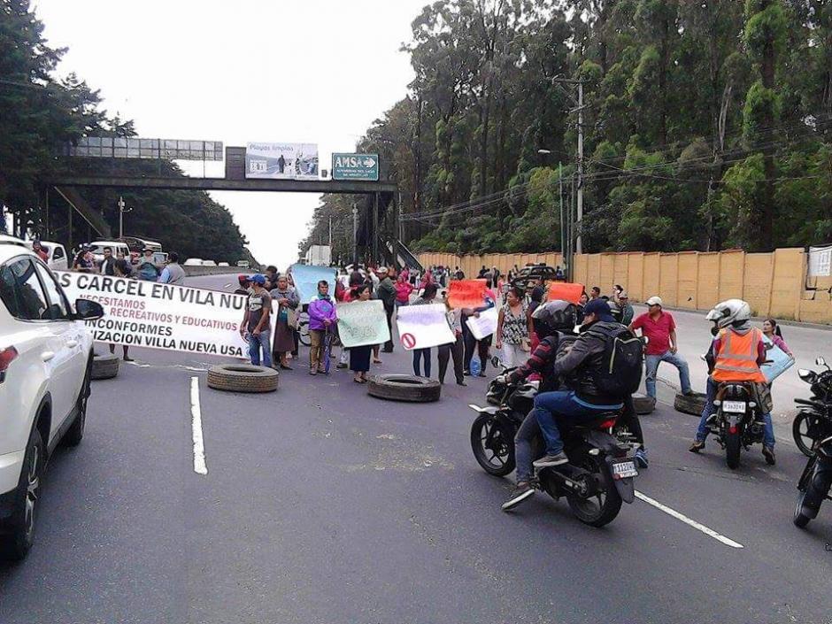 Un grupo de inconformes bloqueó el kilómetro 22 de la ruta al Pacífico. (Foto: @DTransitoPNC)