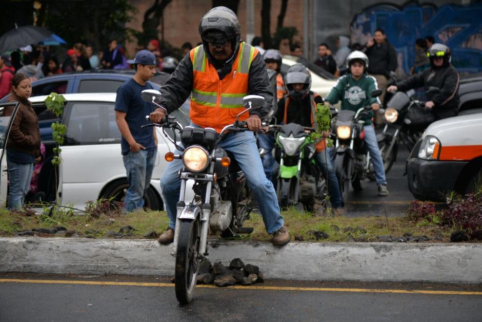 Motoristas buscaron rutas alternas para salir de la calzada Roosevelt. (Foto: Wilder López/Soy502)