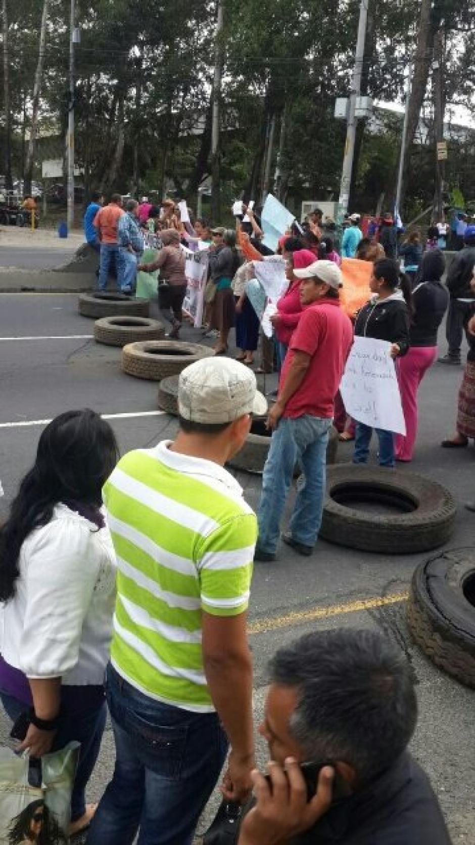 Los inconformes colocaron llantas para impedir el paso de los automovilistas. (Foto: @DTransitoPNC)