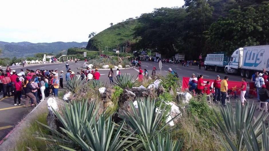 Salubristas y maestros bloquean el paso en el kilómetro 65 CA-1 en El Boquerón. (Foto: @Provial)