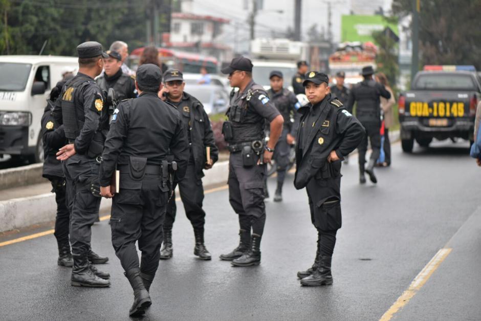 Agentes de la PNC se encuentran en el kilómetro 15.5 calzada Roosevelt. (Foto: Wilder López/Soy502)