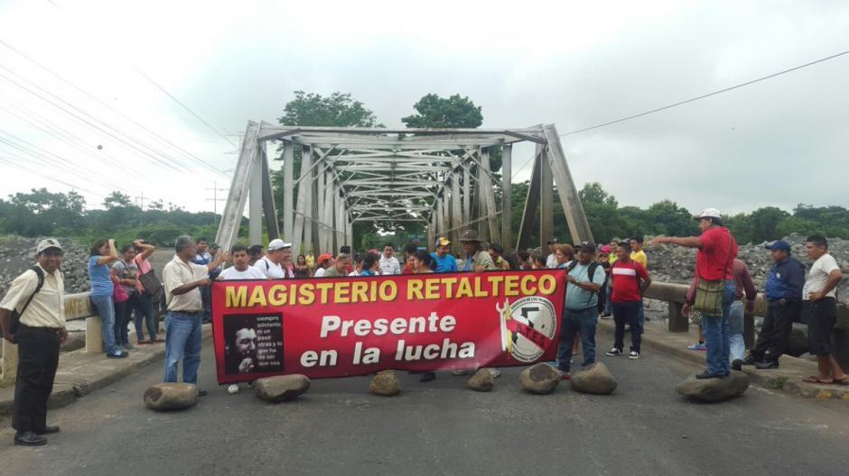 Un grupo de maestros bloquean el kilómetro 178 de la CA-2 Occidente en el puente Castillo Armas. (Foto: @Provial)