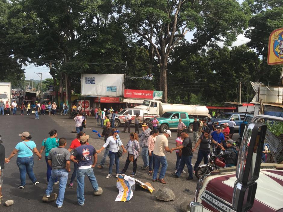 Maestros y salubristas bloquean el paso en el kilómetro 113 en jurisdicción de Cocales. (Foto: @DTransitoPNC)