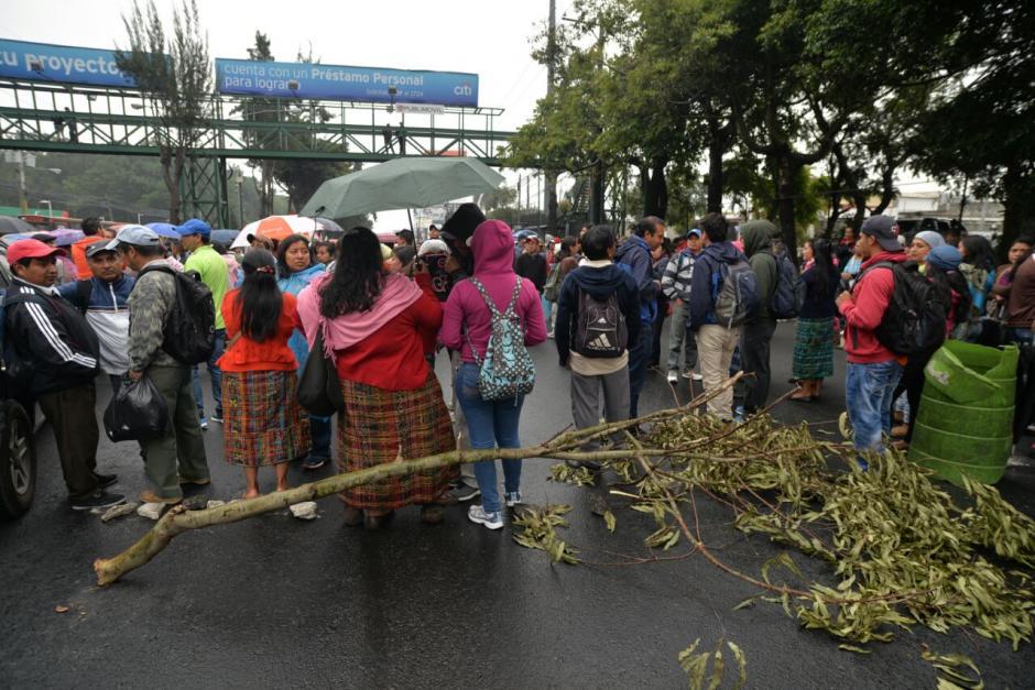 Un grupo de salubristas bloquea el kilómetro 15.5 de la calzada Roosevelt. (Foto: Wilder López/Soy502)