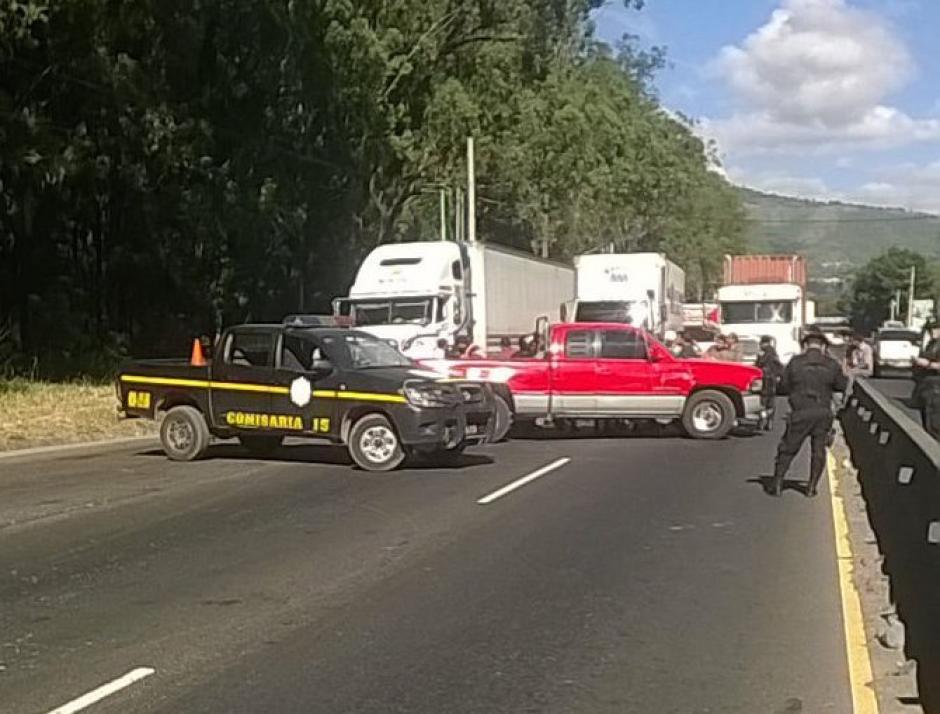 Transportistas bloquean el paso en el kilómetro 22 de la ruta al Pacífico. (Foto: Twitter/@Provial)
