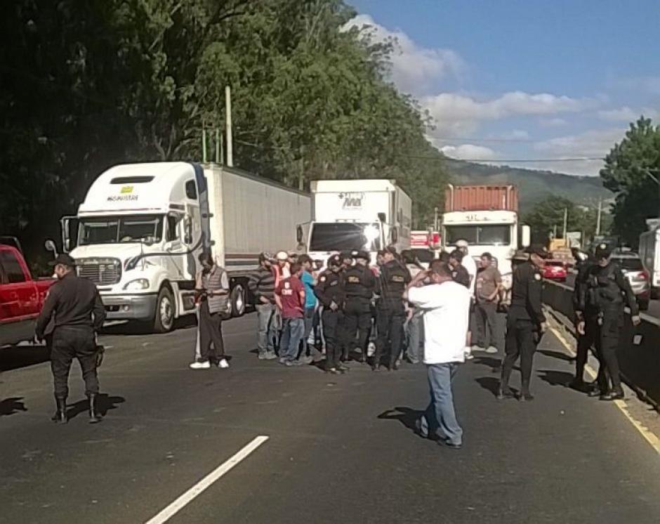 La PNC dialoga con manifestantes en la ruta al Pacífico. (Foto: Twitter/@Provial)
