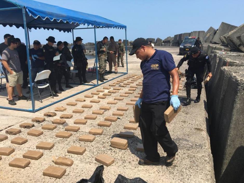 Autoridades contabilizan los paquetes encontrados. (Foto: Ministerio Público)