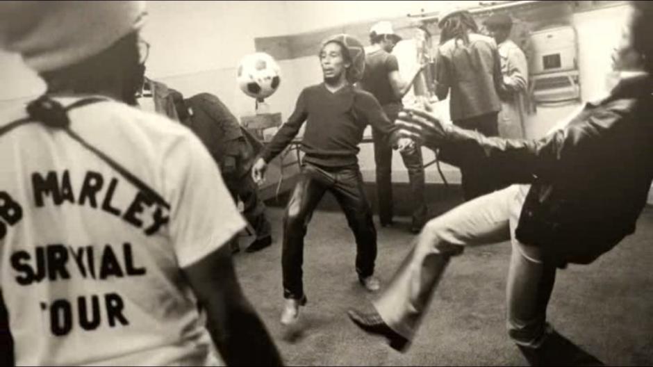 Bob Marley jugando fútbol durante la gira de promoción del album Survival