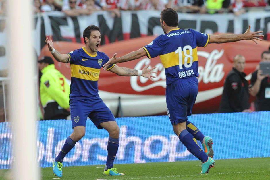 Emmanuel Gigliotti corre para celebrar al tanto que le anotó a River Plate.