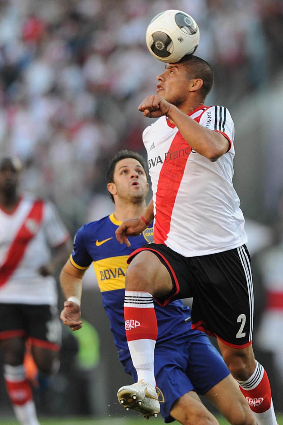 Jonathan Maidana de River Plate disputa el balón con Juan Manuel Martínez de Boca Juniors.