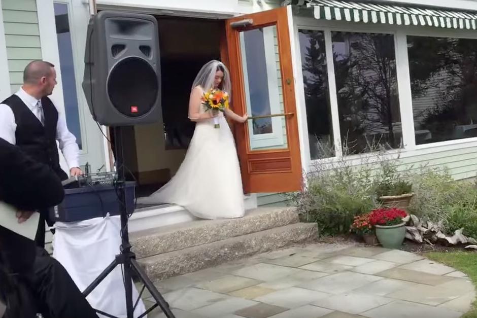 La novia se prepara para el gran momento. (Foto: YouTube)