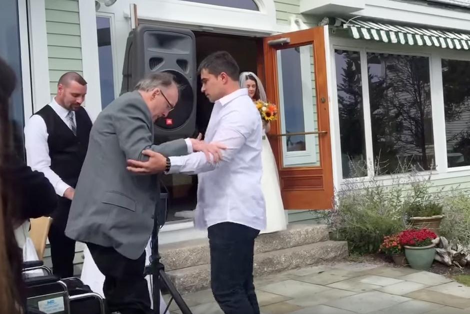 El hombre de 64 años se levanta de la silla para llevar a su hija al altar.(Foto: YouTube)