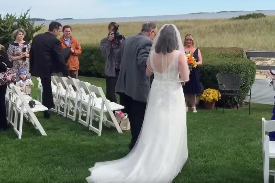 La novia es llevada al altar del brazo de su padre.(Foto: YouTube)