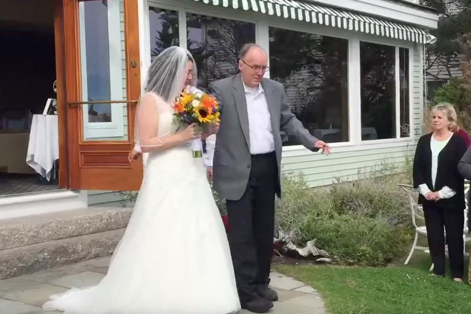 Padre se para de la silla de ruedas para llevar a su hija al altar. (Foto: YouTube)