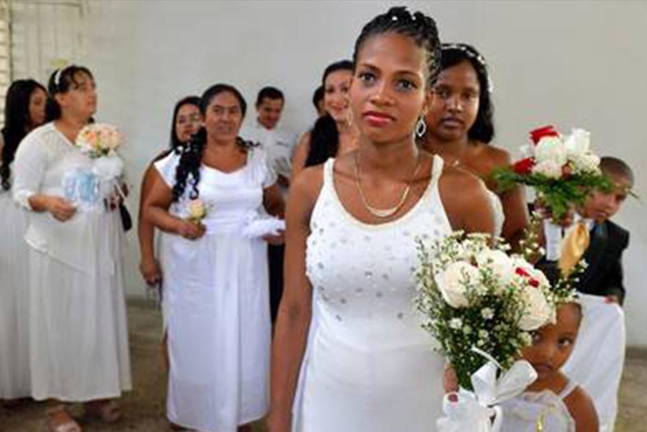 Las novias se vistieron con vestidos blancos. (Foto: Archivo)