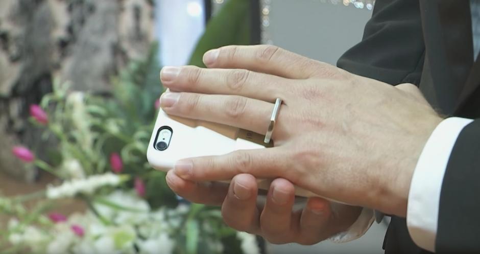 Un hombre tuvo una ceremonia donde contrajo matrimonio con su teléfono móvil. (Captura de pantalla: Kaspersky Lab UK/YouTube)