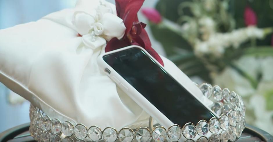 El teléfono estaba sobre una corona con una cubierta blanca. (Captura de pantalla: Kaspersky Lab UK/YouTube)