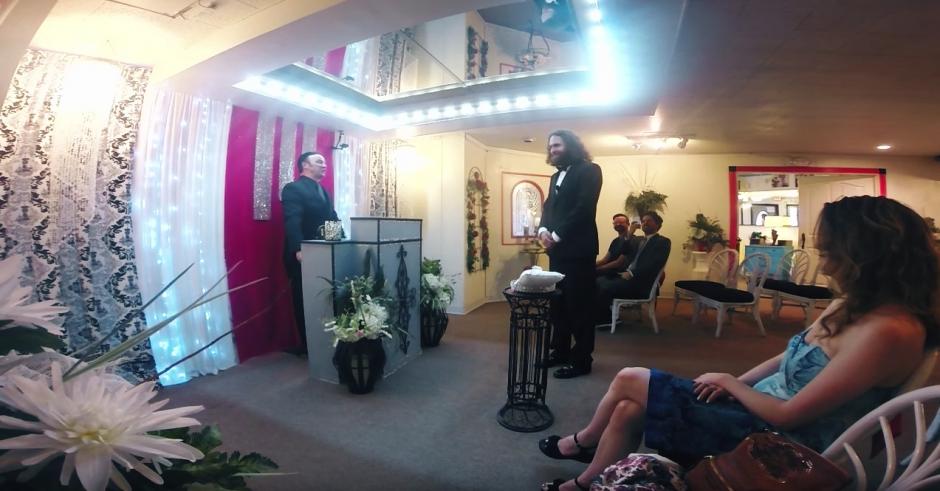 A la ceremonia asistieron sus amigos. (Captura de pantalla: Kaspersky Lab UK/YouTube)