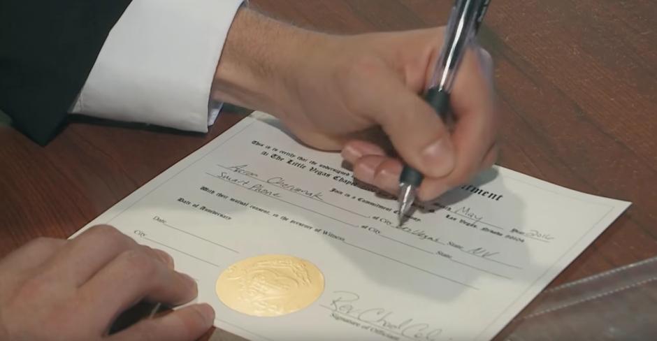 El hombre firmó un documento que certifica la unión, a pesar que no tiene ninguna validez. (Captura de pantalla: Kaspersky Lab UK/YouTube)