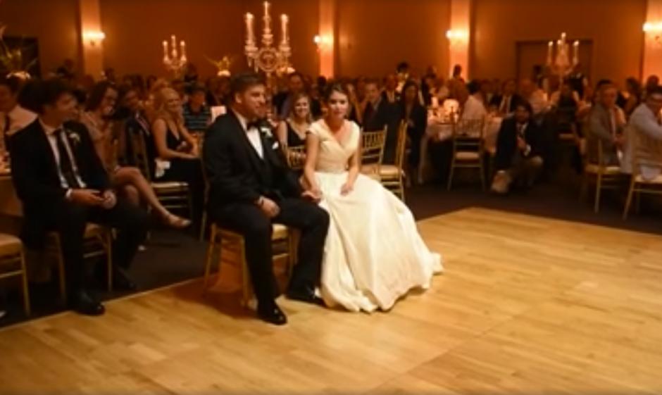 Los recién casados Lexi y Hunter estaban por dar una sorpresa. (Captura de pantalla: MirandaMarrsPhotography/Facebook)