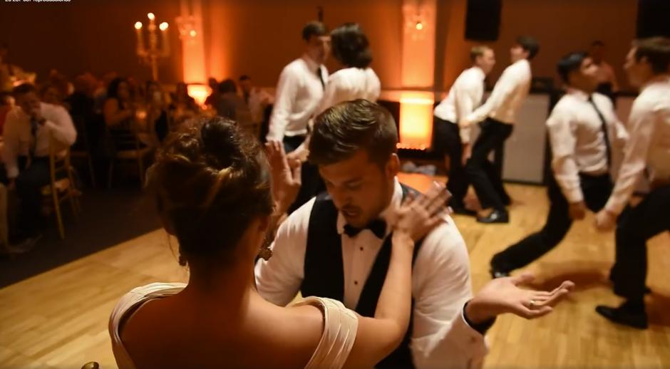 Los sensuales movimientos se llevaron el aplauso de los invitados. (Captura de pantalla: MirandaMarrsPhotography/Facebook)