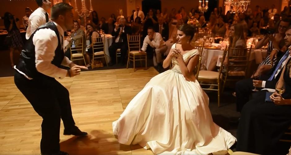 La novia no dejaba de asombrarse de cada movimiento. (Captura de pantalla: MirandaMarrsPhotography/Facebook)