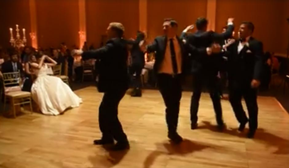 El novio preparó un divertido baile. (Captura de pantalla: MirandaMarrsPhotography/Facebook)