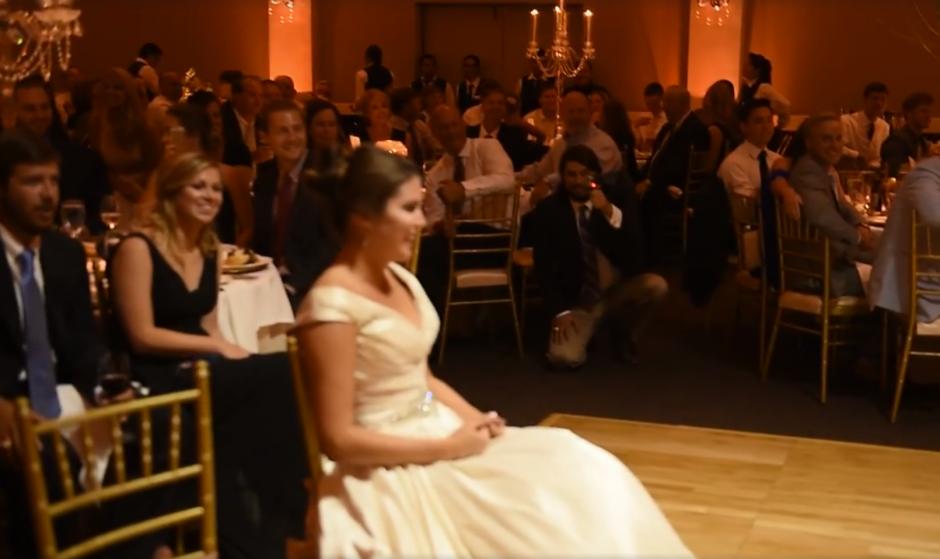 La novia se sorprendió al verlos bailar. (Captura de pantalla: MirandaMarrsPhotography/Facebook)