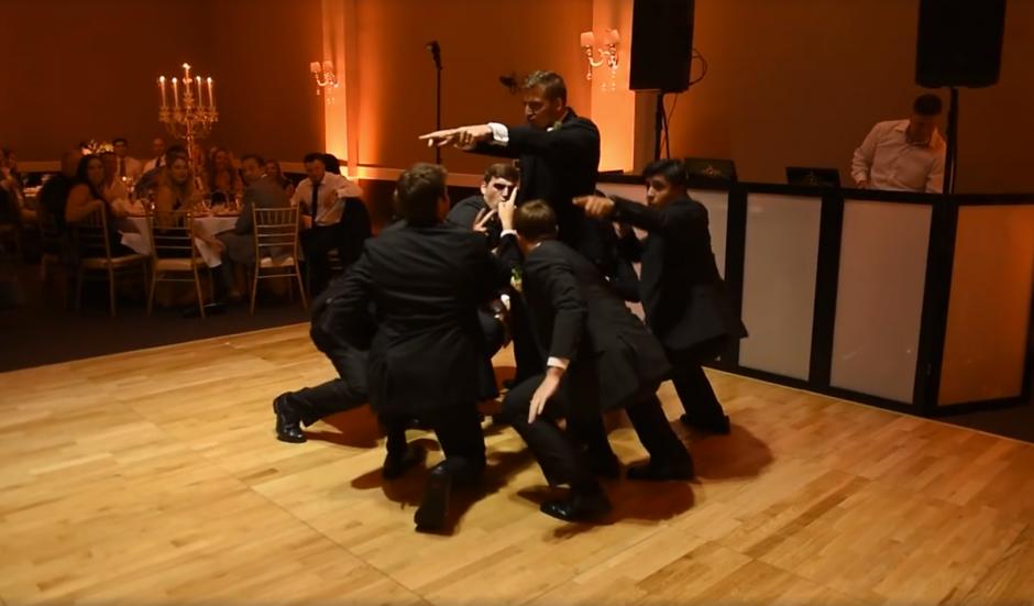 Los seis padrinos junto al novio realizaron una coreografía. (Captura de pantalla: MirandaMarrsPhotography/Facebook)