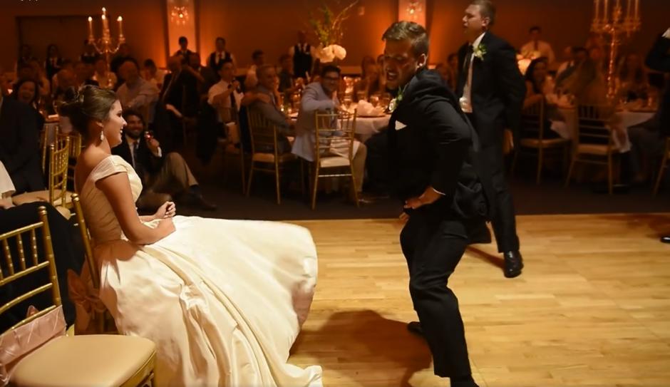 Los padrinos se aprendieron los pasos tres horas antes de la boda. (Captura de pantalla: MirandaMarrsPhotography/Facebook)