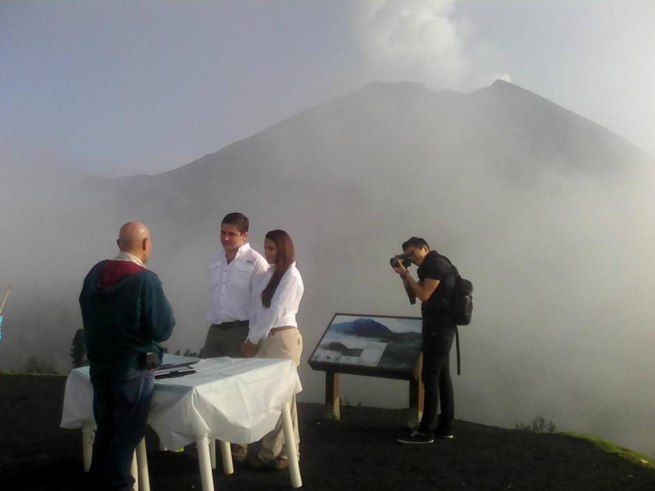 La pareja que realizó su boda en el Parque Nacional Volcán de Pacaya compartió un banquete con sus invitados. (Foto: Facebook/ PN Volcán Pacaya)