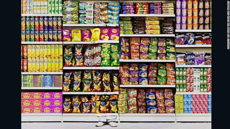 El artista Liu Bolin se camufla en un supermercado. (Foto: CNN)