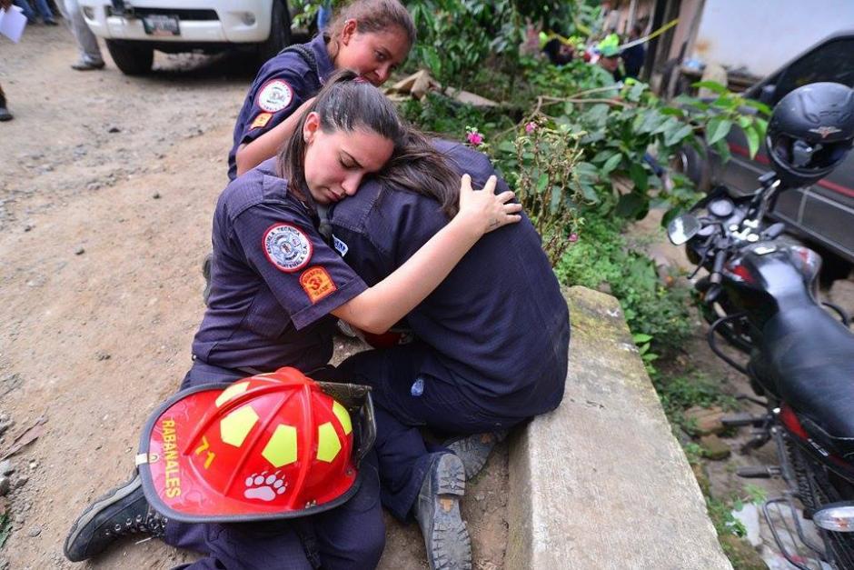 Los Bomberos son valientes, pero también lloran la pérdida de los suyos. (Foto: Wilder López/Soy502)