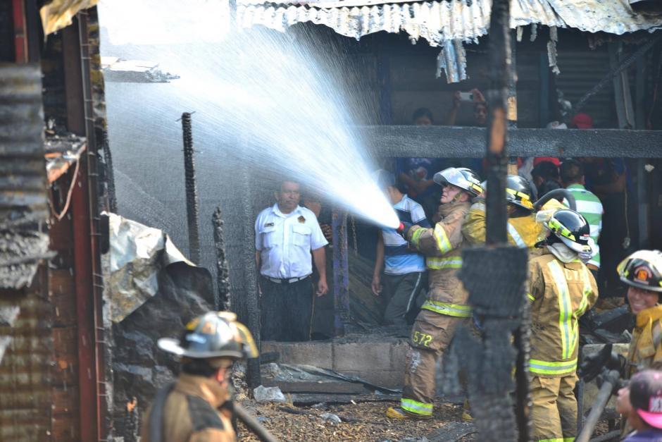 Las unidades de socorro demoraron alrededor de dos horas para apagar las llamas.  (Foto: Jesús Alfonso/Soy502)