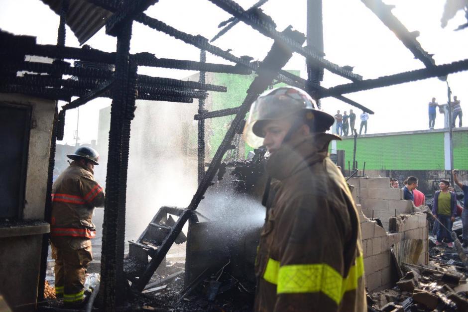 La inmediata reacción de los bomberos permitieron que el fuego se propagara. (Foto: Jesús Alfonso/Soy502)