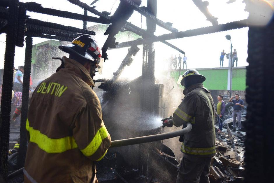 Bomberos Voluntarios y Municipales unieron esfuerzos para sofocar el fuego. (Foto: Jesús Alfonso/Soy502)